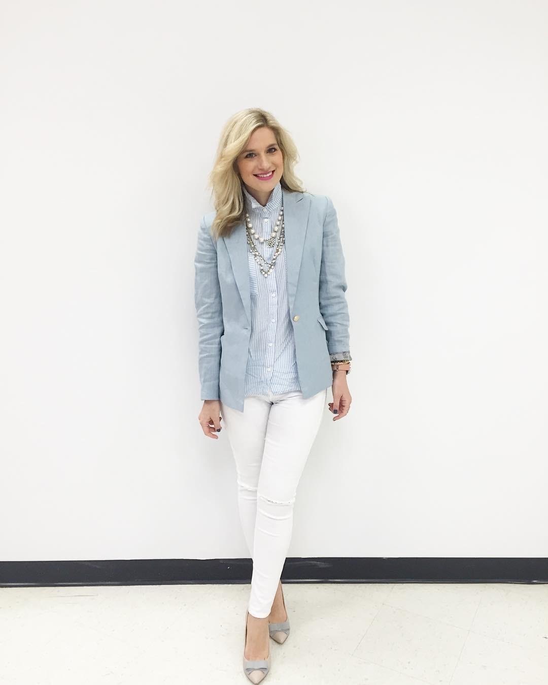 طرق ارتداء البليزر الملون لمظهر عملي - البليزر الملون مع السروال الأبيض