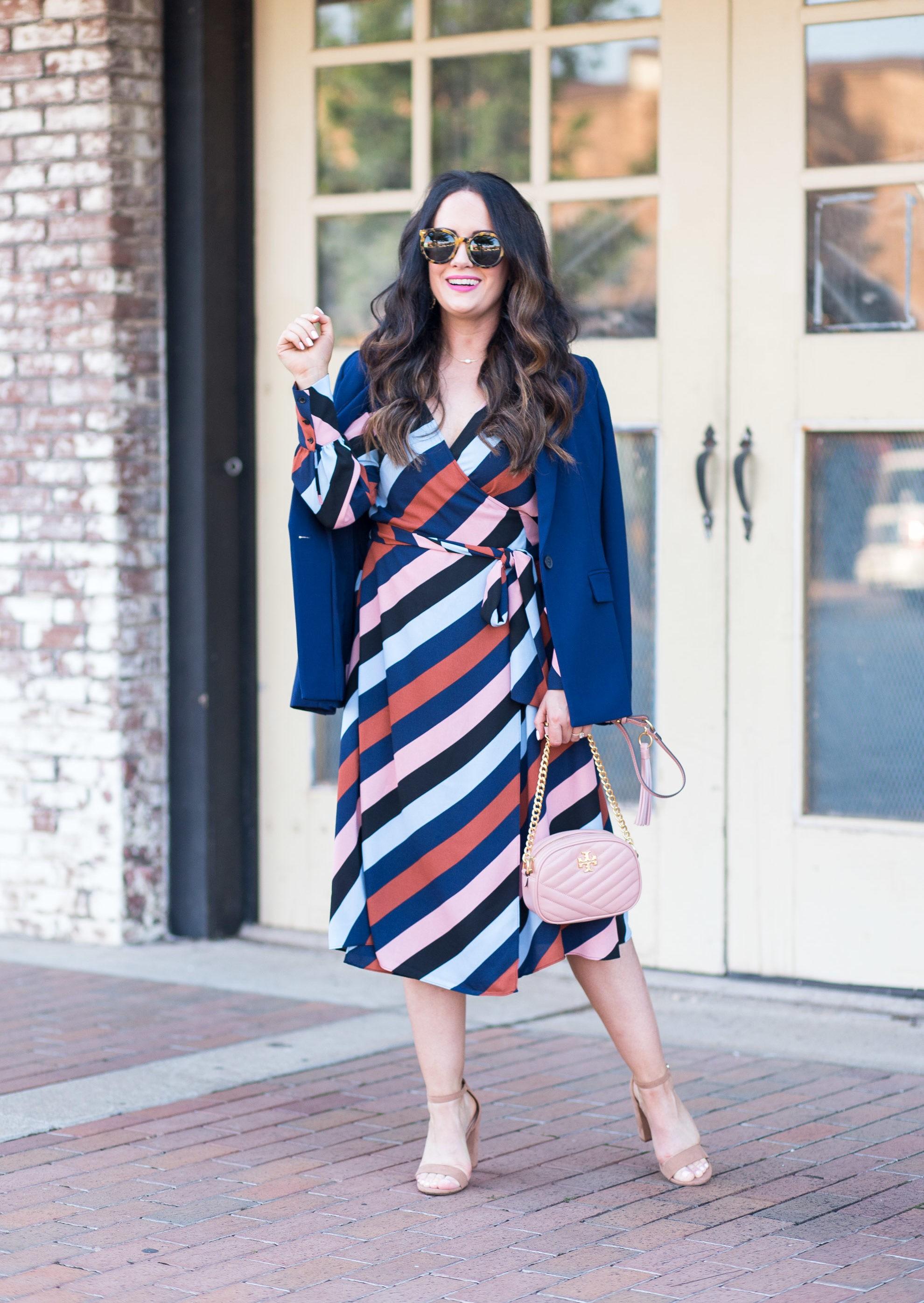 طرق ارتداء البليزر الملون لمظهر عملي - البليزر الملون مع الفستان