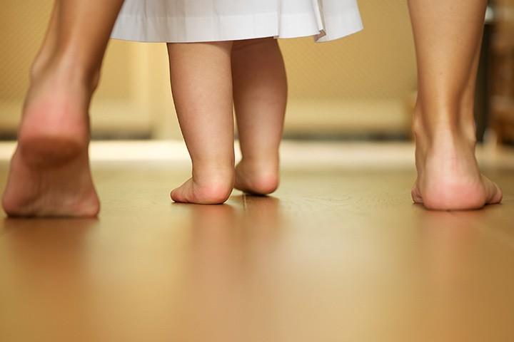 كيف أشغل وقت طفل عمره سنة ونصف - المشي على الخط