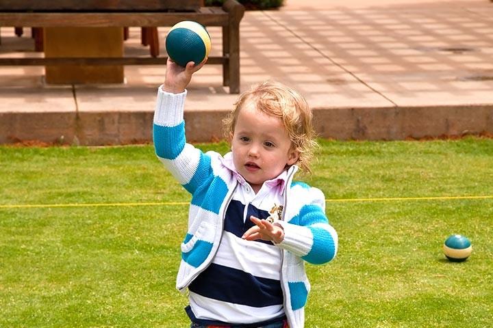 كيف أشغل وقت طفل عمره سنة ونصف - رمي الكرة في السلة