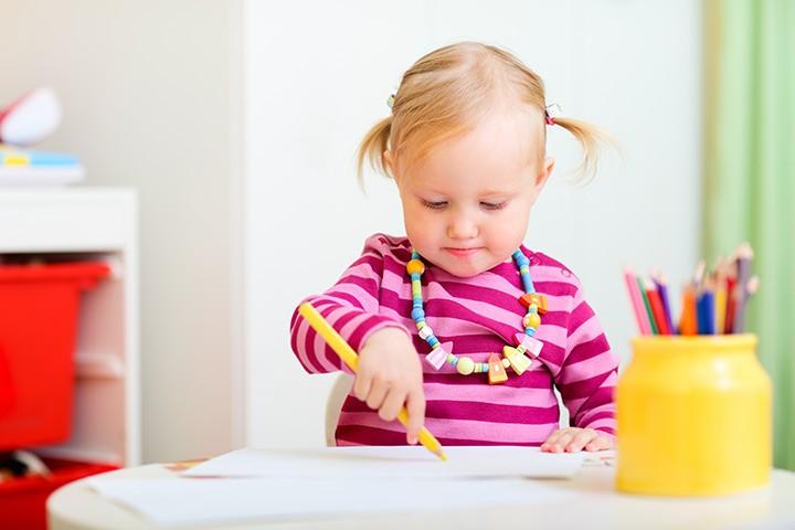 كيف أشغل وقت طفل عمره سنة ونصف - الرسم والتلوين