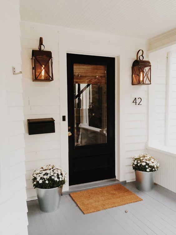 ديكور باب الشقة من الخارج - إضافة إضاءة