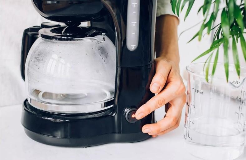 طريقة تنظيف ماكينة القهوة - التنظيف بالماء والخل