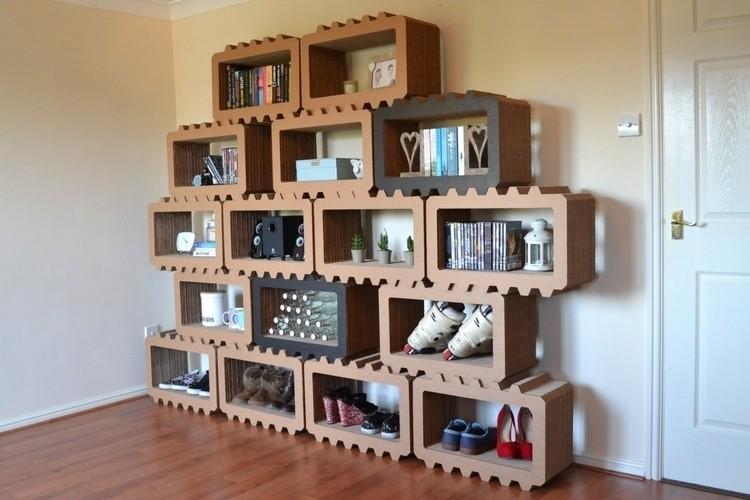 صنع اثاث المنزل بالكرتون - مكتبة في غرفة المعيشة