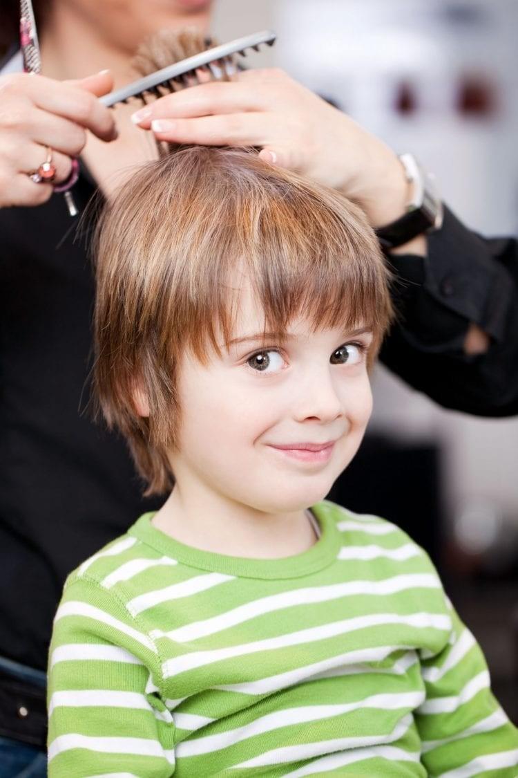 7 خطوات لقص شعر الأولاد - قص شعر الطفل بشكل عمودي موازي للحائط وليس للأرض