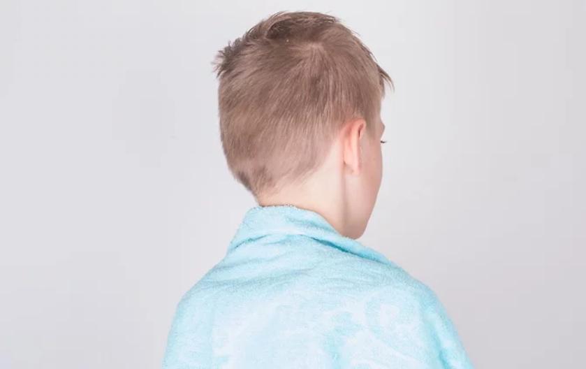 7 خطوات لقص شعر الاولاد في المنزل - رش شعر الطفل بالماء أو غسله