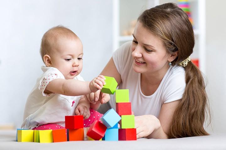 ألعاب الطفل في الشهر السابع - المكعبات