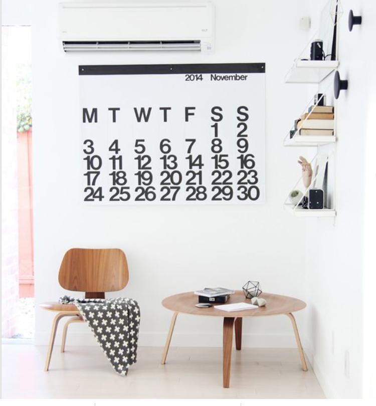أفكار ديكور للحائط - الأرفف والتقويم الميلادي