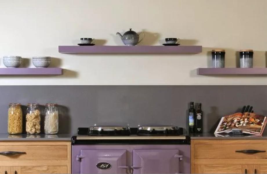 بالصور ديكورات للمطبخ باللون البنفسجي - ارفف خشبية