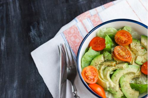 سلطات سهلة و لذيذة للعشاء - طريقة عمل سلطة الأفوكادو والطماطم
