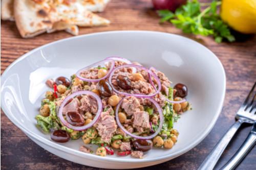 سلطات سهلة و لذيذة للعشاء - طريقة عمل سلطة التونة بالحمص و الخضار