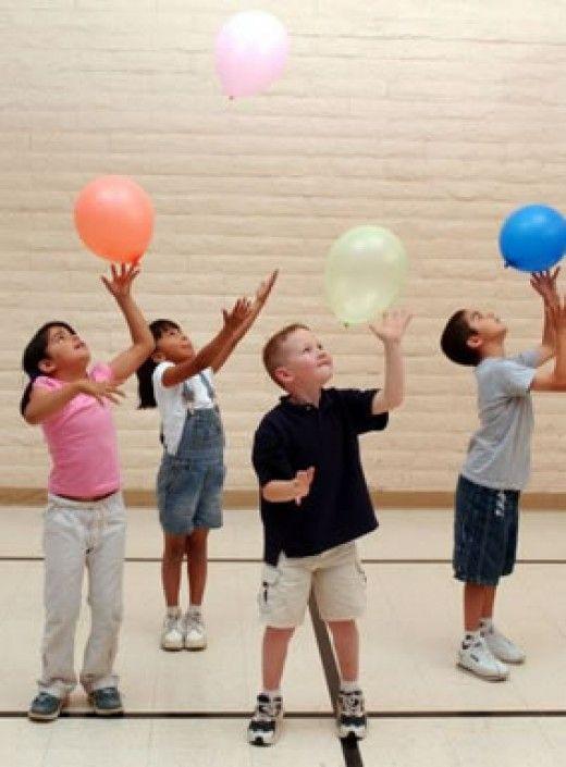 ألعاب حركية للأطفال والهدف منها ـ لعبة الاحتفاظ بالبالون مرتفعًا لأعلى