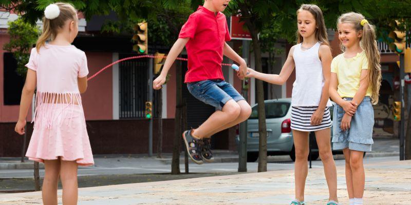 ألعاب حركية للأطفال والهدف منها ـ لعبة نط الحبل الجماعي
