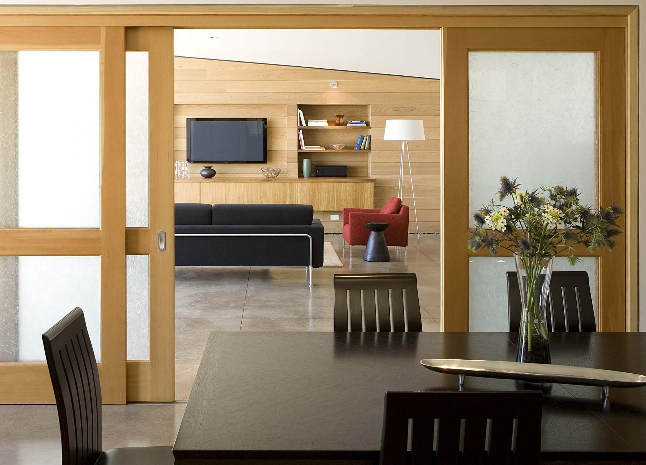 أشكال أبواب جرارة داخل المنزل ـ باب جرار خشب مع زجاج كبير