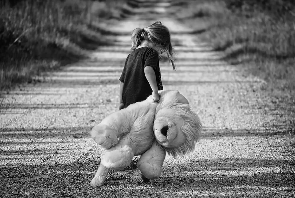 أفكار للصور العائلية مبتكرة ـ الطفل مع لعبته المفض
