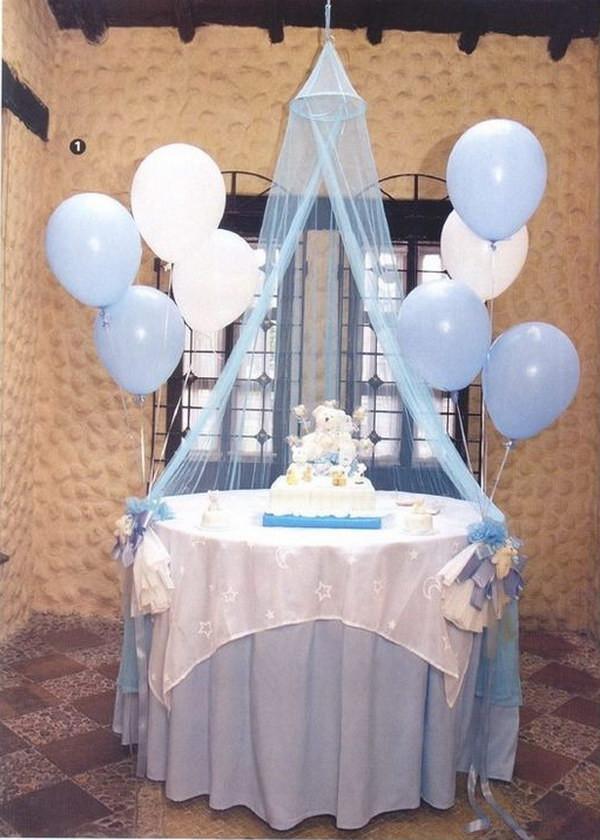 طريقة عمل أشكال بالبالونات لأعياد الميلاد - تثبيت البالونات في طرف الطاولة