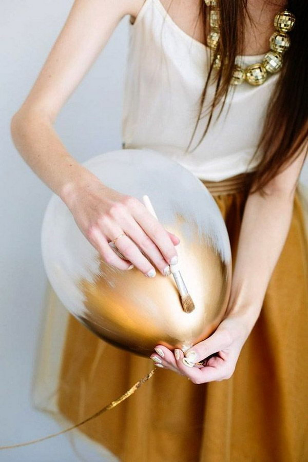 طريقة عمل أشكال بالبالونات لأعياد الميلاد - دهان البالونات