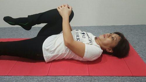 تمارين رياضية لمرضى الانزلاق الغضروفي - تمرين الركبة إلى الصدر