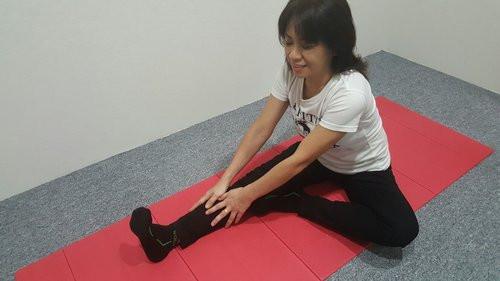 تمارين رياضية لمرضى الانزلاق الغضروفي - تمرين تمدد أوتار الركبة