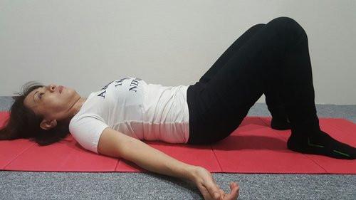 تمارين رياضية لمرضى الانزلاق الغضروفي - تمرين إمالة الحوض 2