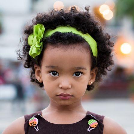 تسريحات للاطفال الصغار - ربطة الشعر الملونة