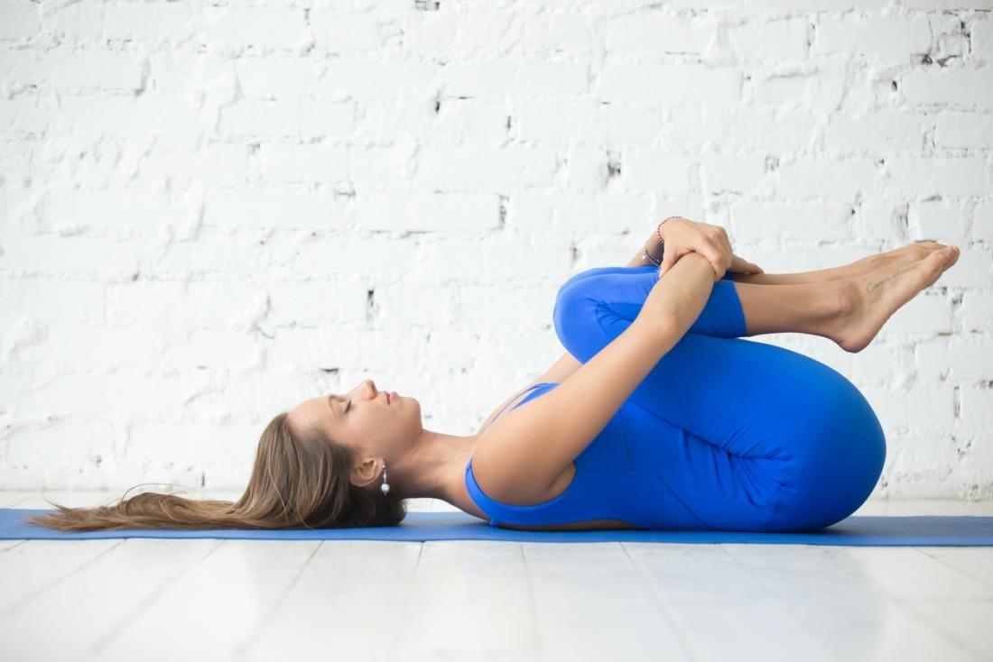 تمارين لعلاج عرق النسا - تمرين الركبتين إلى الصدر