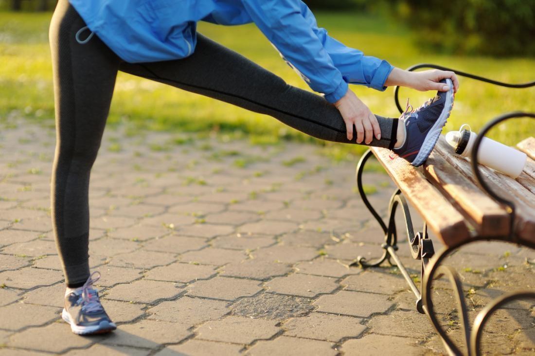 تمارين لعلاج عرق النسا - تمرين تمدد أوتار الركبة