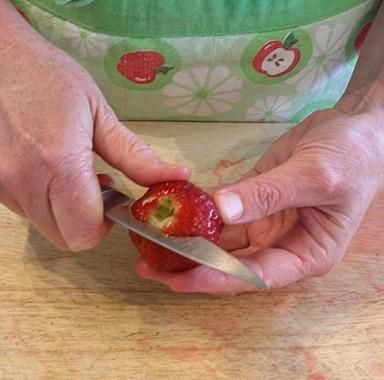 طرق تقطيع الفاكهة لتزيين التورتة - طريقة تقطيع الفراولة 1