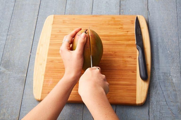طرق تقطيع الفاكهة لتزيين التورتة - طريقة تقطيع المانجو 1