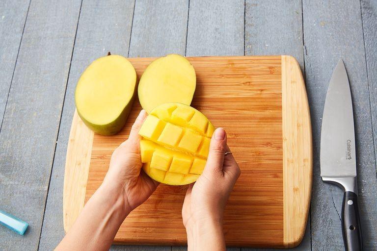 طرق تقطيع الفاكهة لتزيين التورتة - طريقة تقطيع المانجو 2