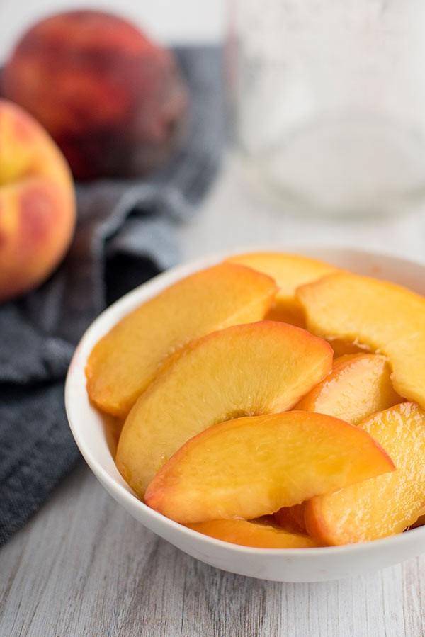 طرق تقطيع الفاكهة لتزيين التورتة - طريقة تقطيع الخوخ 2