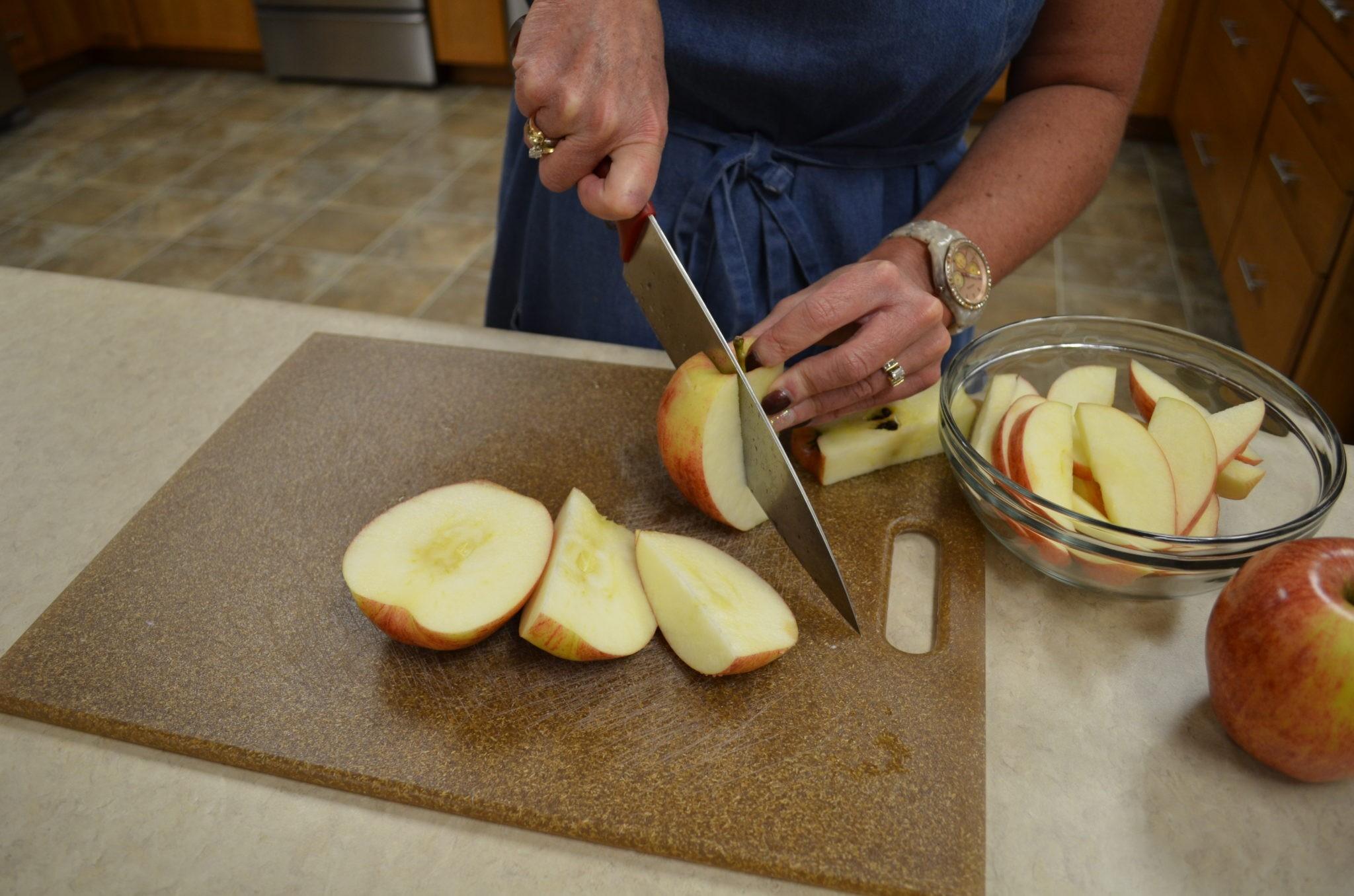 طرق تقطيع الفاكهة لتزيين التورتة - طريقة تقطيع التفاح 2