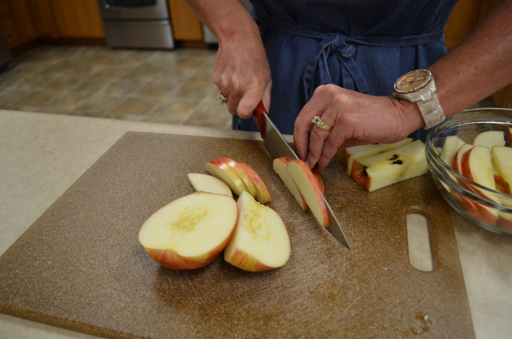 طرق تقطيع الفاكهة لتزيين التورتة - طريقة تقطيع التفاح 3