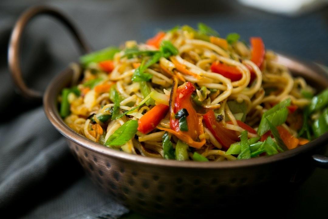 7 وصفات من المطبخ الصيني- نودلز الخضروات والدجاج