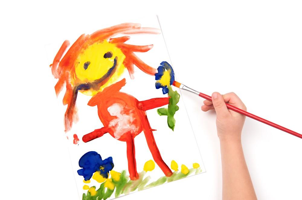 خصائص-نمو-الطفل-من-3-إلى-4-سنوات-طفل-يرسم