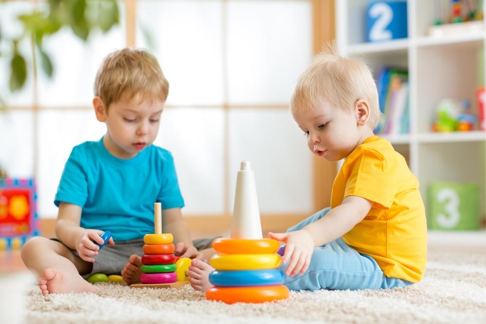 خصائص-نمو-الطفل-من-3-إلى-4-سنوات-طفل-يلعب-الآخرين