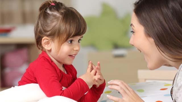 خصائص-نمو-الطفل-من-3 إلى-4-سنوات-طفل-يحكي-قصة