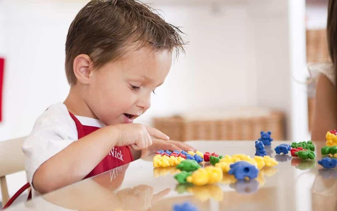 خصائص-نمو-الطفل-من-3-إلى-4-سنوات-طفل-يعد-بالأرقام