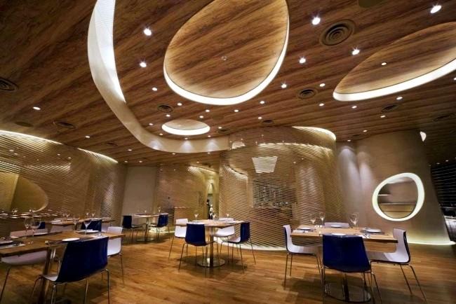 ديكورات-سقف-معلق-خشب-على-شكل-دوائر-غير-منتظمة-بالإضاءات