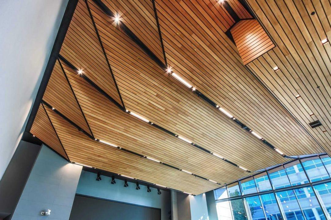 ديكورات-سقف-معلق-خشب-بالإضاءات-والخشب-المموج